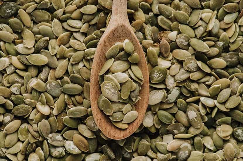 I semi di zucca sono ricchi di zinco, che aiuta ad aumentare la produzione di sperma